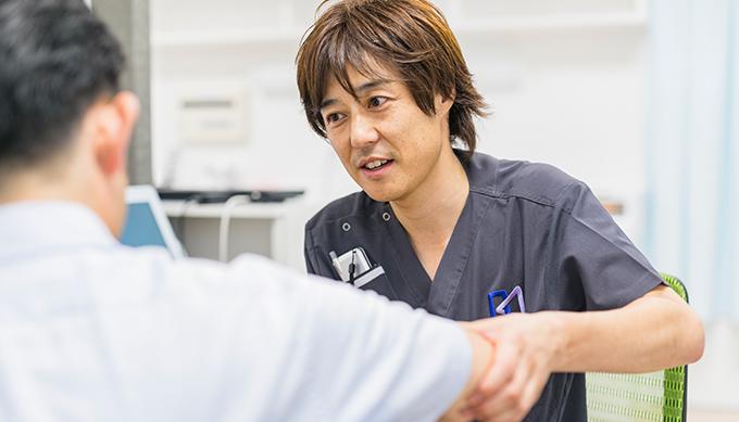 治療する医師の写真